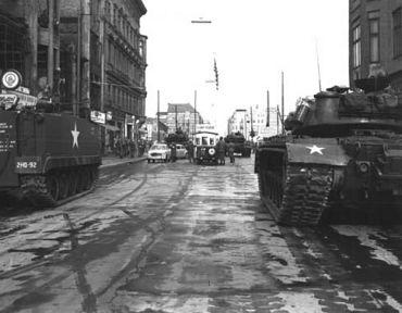 Konfrontation sowjetischer und amerikanischer Panzer am Checkpoint Charlie, 27. Oktober 1961 Quelle: de.wikipedia.org