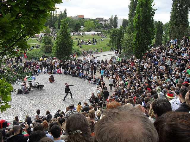Bearpit Karaoke dans le Mauerpark, Berlin. Source : Niels Elgaard Larsen, Wikimedia