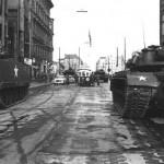 Chars américains et soviétiques à Checkpoint Charlie, 27 Octobre 1961 Quelle: de.wikipedia.org